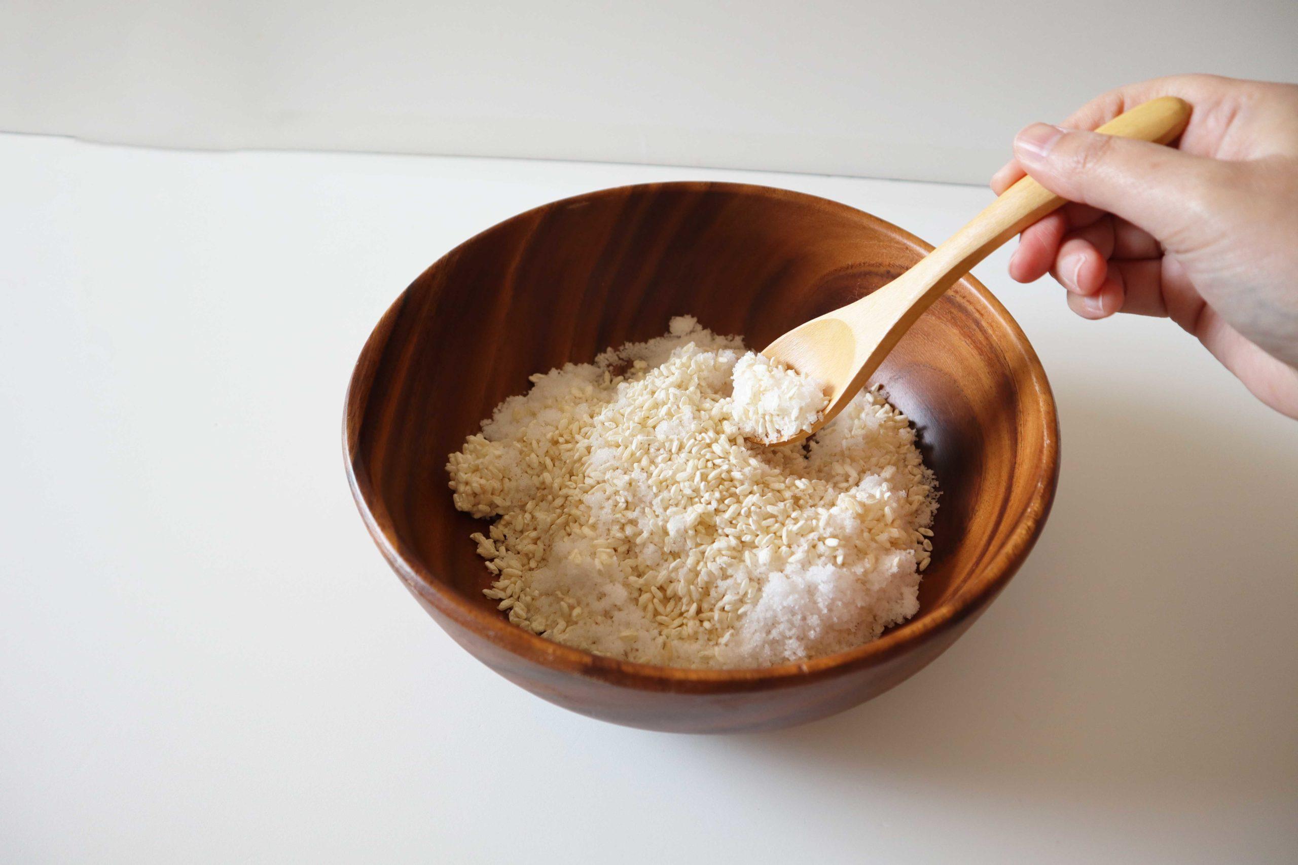 塩と麹を混ぜているところ