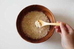 塩麹を混ぜる