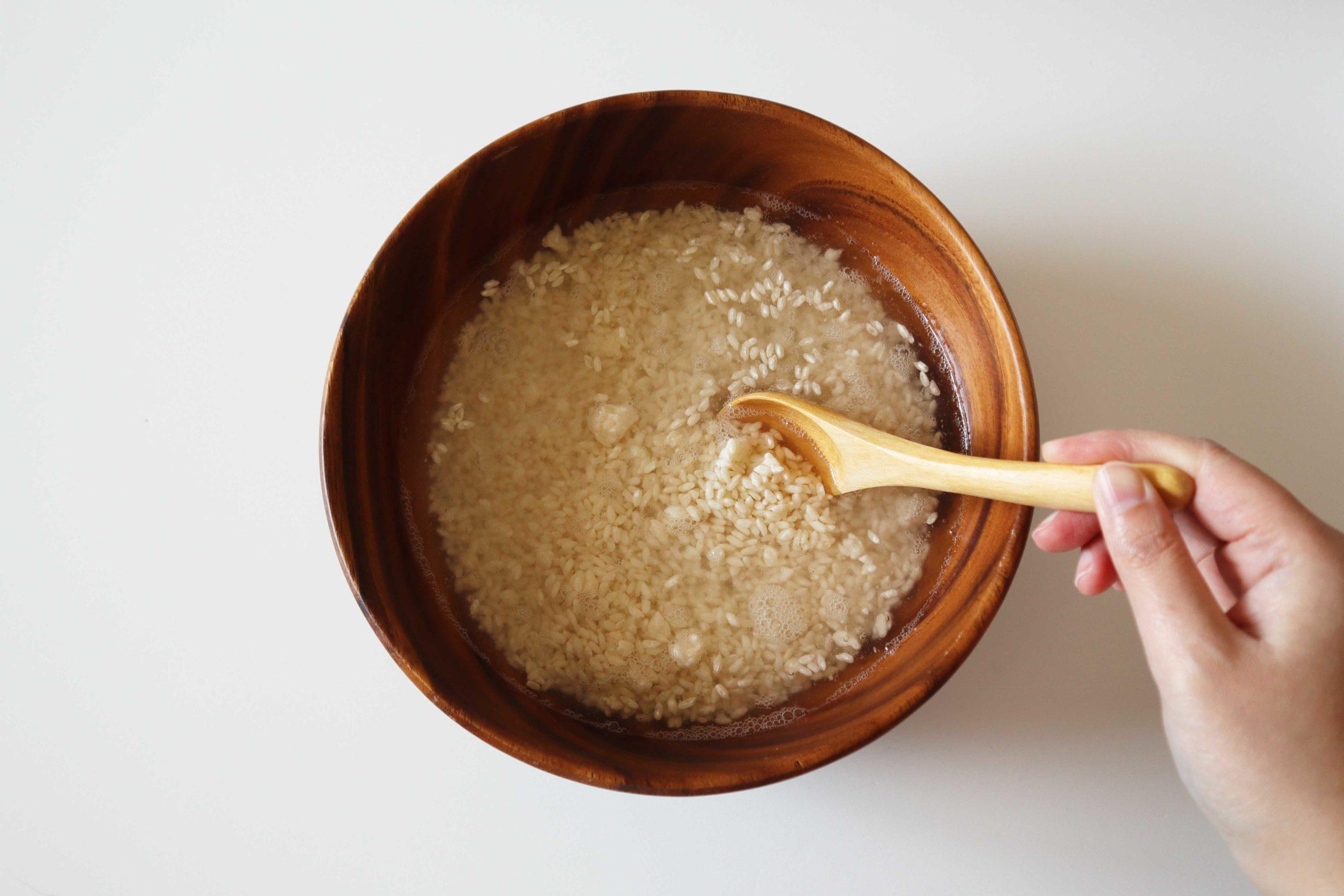 塩と麹と水を混ぜる